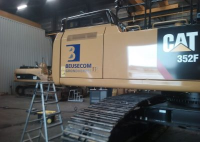 Belettering Graafmachine CAT Catepillar Beusekom Grondverzet Close Up