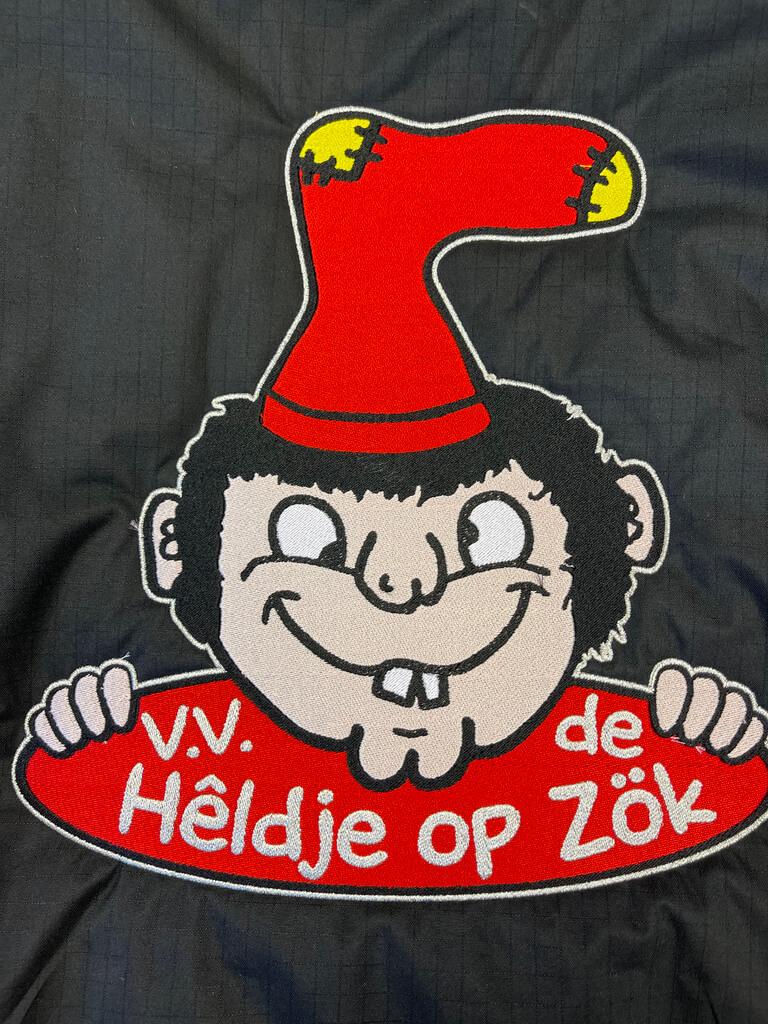 Borduurstudio Bodywarmer Heldje op Zök Sticker Xpress Logo close-up